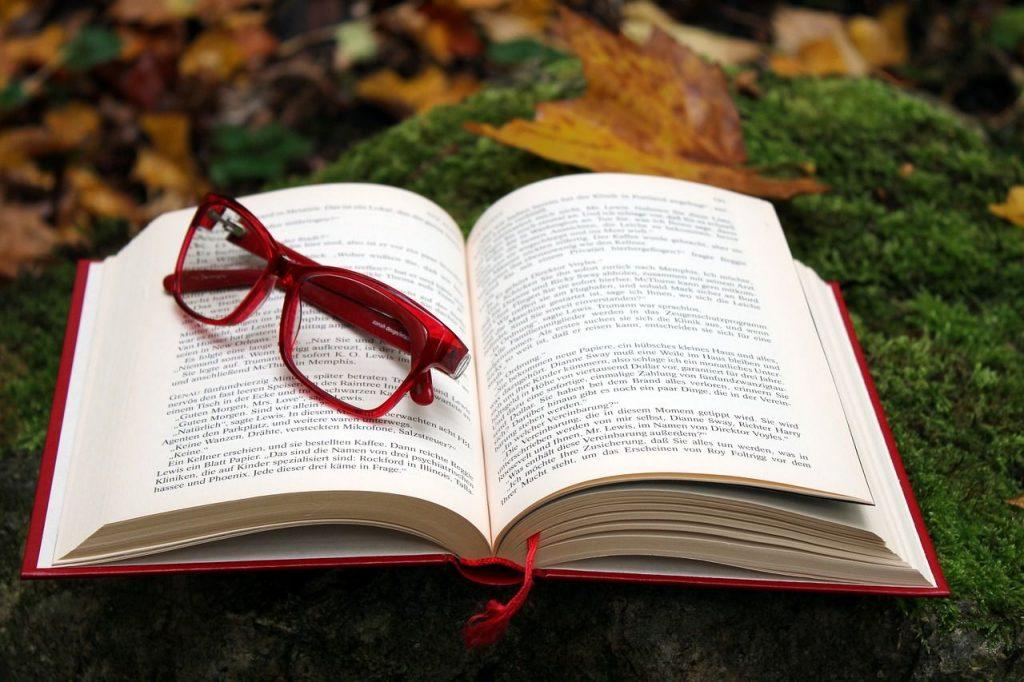 Glasögon och en bok